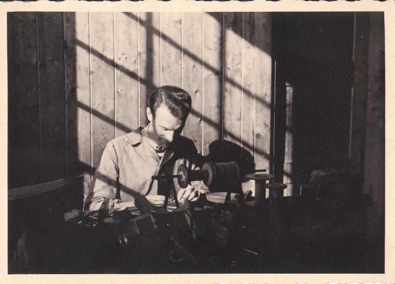 Karl Kamperschrör senior 1965 bei der Reparatur eines Elektrowerkzeuges